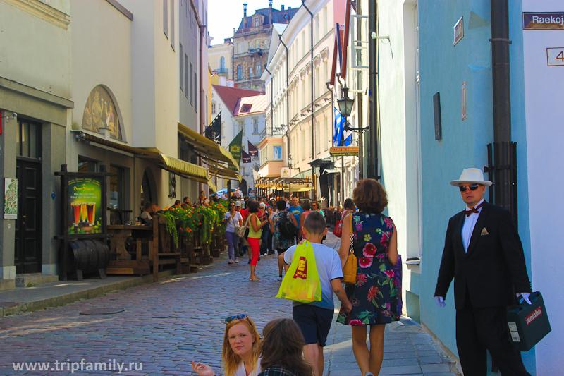 Толпы туристов курсируют по всем улочкам города