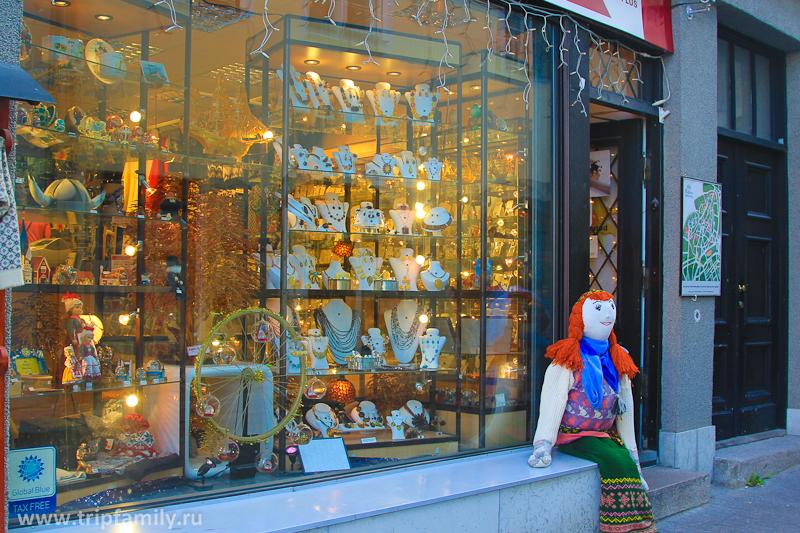 Можно посетить многочисленные магазинчики города.
