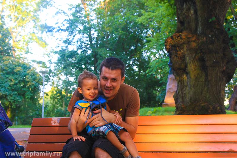 В скверах можно весело провести время даже просто сидя с папой на скамейке)