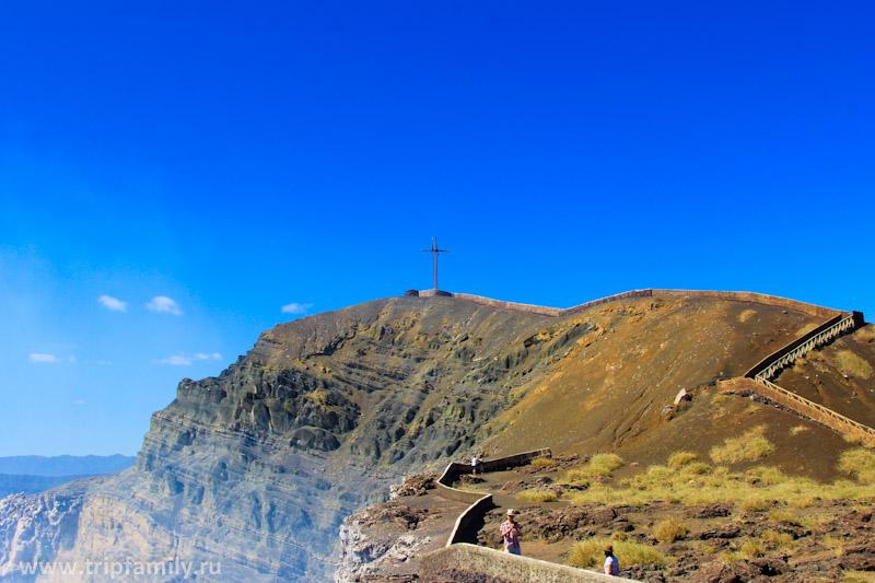 На вершине стоит крест, чтобы отгонять нечисть) Раньше наверх можно было подняться, но сейчас проход закрыт, т.к. все обветшало и ходить там опасно.