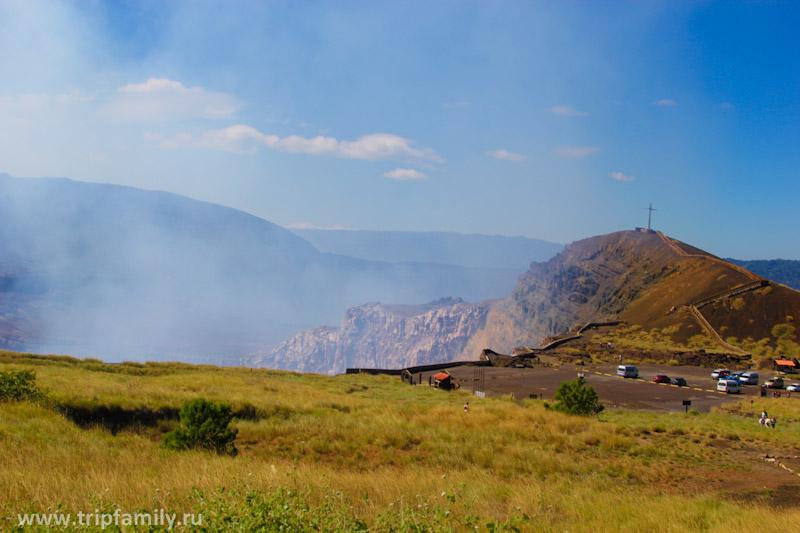 Площадка перед кратером вулкана.